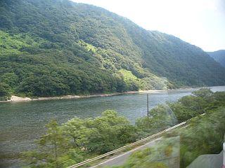 最上川(と窓に映ったジュース)