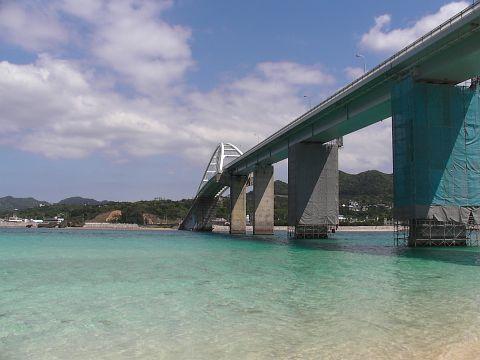 瀬底島の入り口の橋